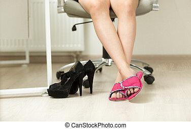 biuro, feet, closeup, pod, stół, businesswomen, pantofelki