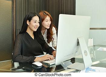 biuro, handlowy komputer, asian, używając, kobiety