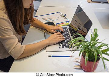 biuro, handlowy, laptop, asian, pracownik, używając