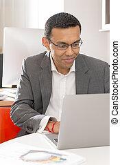 biuro, handlowy, laptop, garnitur, używając, człowiek