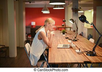 biuro, handlowy, laptop, używając, dziewczyna, blondynka, szczęśliwy