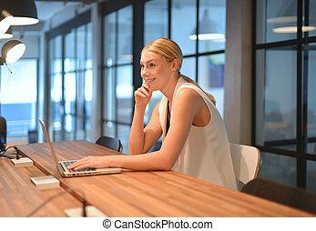 biuro, handlowy, laptop, używając, dziewczyna, blondynka