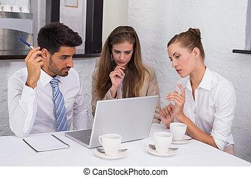 biuro, handlowy zaludniają, laptop, razem, biurko, używając