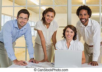 biuro, handlowy zaludniają, laptop, używając, spotkanie, szczęśliwy