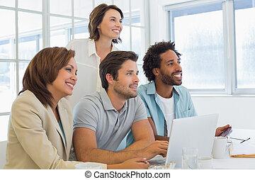 biuro, handlowy zaludniają, laptop, używając, spotkanie