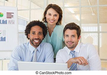 biuro, handlowy zaludniają, laptop, używając, uśmiechanie się
