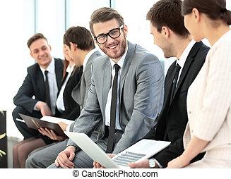 biuro, handlowy zaludniają, mówiąc, spotkanie, szczęśliwy