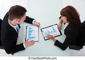 biuro, handlowy zaludniają, na, wykresy, dyskutując