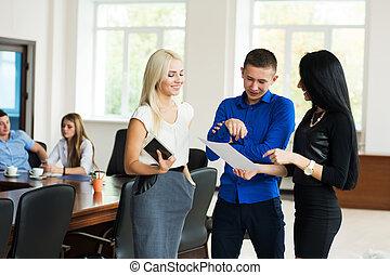 biuro, handlowy zaludniają, pomyślny, młody, trzy, drużyna, dyskutując