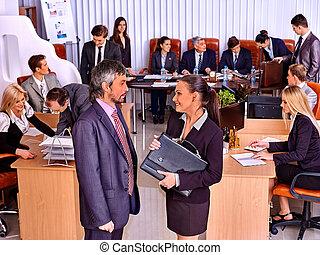 biuro., handlowy zaludniają