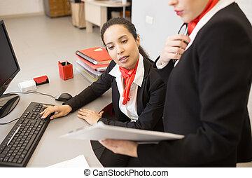 biuro, kobiety, dyskutując, praca