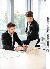biuro, laptop, dwa, razem, biznesmeni, używając