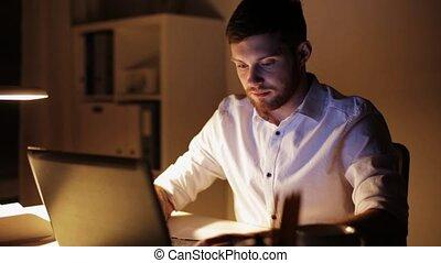 biuro, laptop, praca, noc, ostatni, człowiek