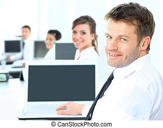 biuro, laptop, przedsiębiorca, komputer, portret, szczęśliwy, wyświetlanie, człowiek