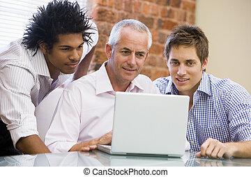 biuro, laptop, trzy, patrząc, biznesmeni, uśmiechanie się