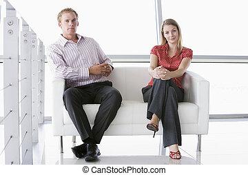 biuro, posiedzenie, businesspeople, dwa, uśmiechanie się, westybul