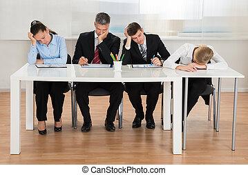 biuro, pracujący, dostając, businesspeople, znowu, znudzony