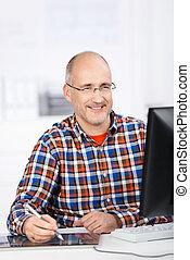 biuro, pracujący, kiedy, dojrzały, uśmiechnięty człowiek