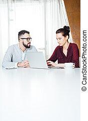 biuro, pracujący, laptop, businesspeople, dwa, używając, spotkanie