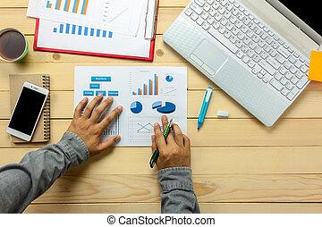 biuro, prospekt, pióro, wykresy, osoba, kawa, notatnik, dyskutując, wykresy, handlowy, laptop, desk., górny, smartphone