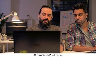 biuro, spóźniony, komputer, pracujący, drużyna, twórczy