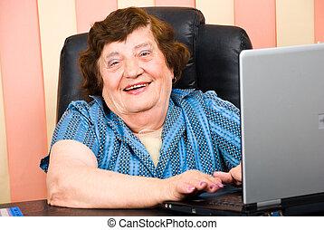biuro, starsza kobieta, laptop, szczęśliwy, handlowy, używając