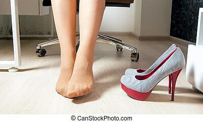 biuro, zmęczony, kobieta interesu, wizerunek, rozciąganie, młody, closeup, nogi
