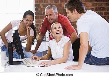 biurowa przestrzeń, businesspeople, cztery, komputer, uśmiechanie się