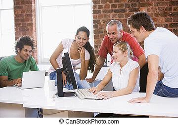 biurowa przestrzeń, businesspeople, patrząc, komputer, piątka, smil