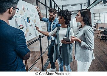 biurowe ludzie, ściana, nowoczesny, pokazany, infographic, przypadkowy, najlepszy, grupa, spoinowanie, młody, strategia, results., mądry, kobieta handlowa, współpraca, szkło, nosić, klucz, znowu, planowanie