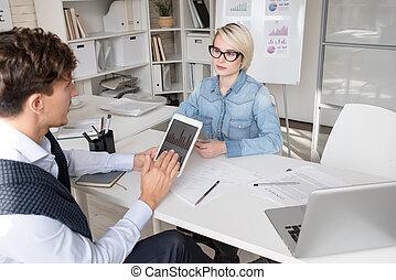 biurowe ludzie, strategia, dyskutując handlowy