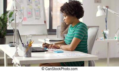 biurowi pracownicy, z, komputery laptopa