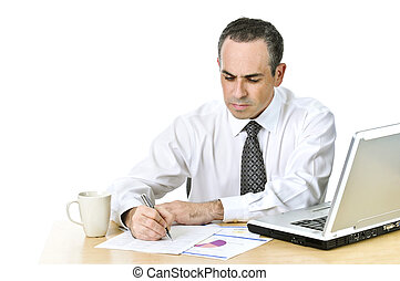 biurowy pracownik, badając, informuje