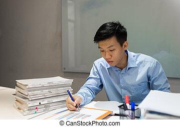 biurowy pracownik, czytanie, zbyt donoszą, i, pisanie wynotowuje