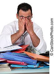 biurowy pracownik, pracujący nadgodzinowy