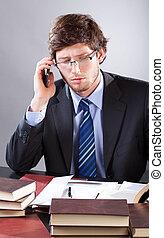 biznesmen, czytanie, dokumenty, i, mówiąc