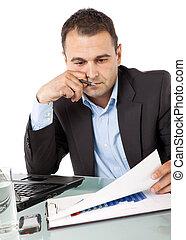 biznesmen, czytanie, dokumenty