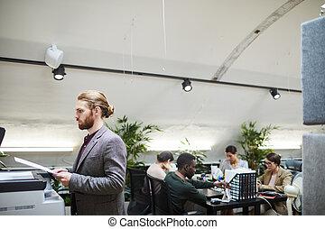biznesmen, druk, dokumenty, biuro