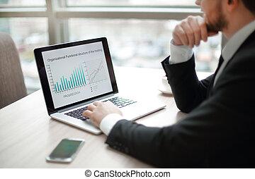 biznesmen, finansowy, wykresy, pracujący, laptop.