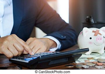 biznesmen, handlowy, używając, pieniądze, świnka, uważając, stół, obliczać, concept., biuro., finansując, bankowość, bank, kalkulator, finanse