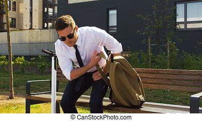biznesmen, jeżdżenie, elektryczny, plecak, hulajnoga