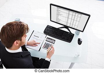 biznesmen, kalkulatorskie wydatki, na, biurowa kasetka