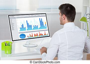 biznesmen, komputer, analizując, wykresy