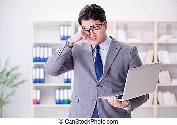 biznesmen, laptop, biuro