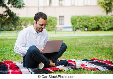 biznesmen, laptop, field., zamyślony