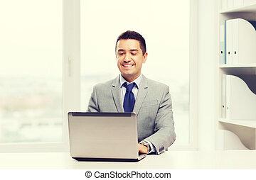 biznesmen, laptop, pracujące biuro, szczęśliwy