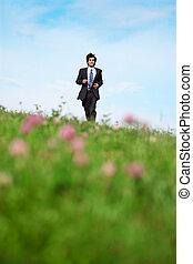 biznesmen, pieszy, łąka