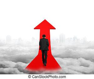 biznesmen, pieszy, na, czerwona strzała, znak, ścieżka, z, cityscape, chmury