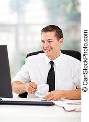 biznesmen, pijąca kawa, w, biuro