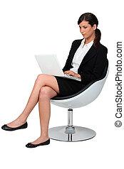 biznesmen, posiadywany w krześle, z, laptop